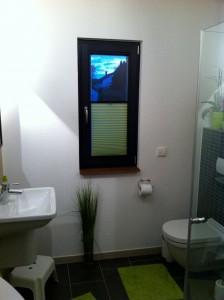 Unser Bad, mit dem zum Teil geschlossenen Plissee